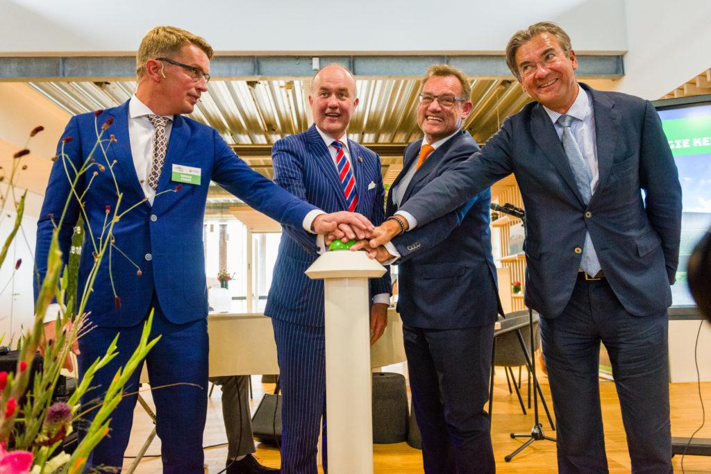 Opening EKL, v.l.n.r: Douwe Faber (Ekwadraat, Commissaris van de Koning drh. Brok, Harm Beerda (Koninklijke Oosterhof Holman) en Maxime Verhagen (voorzitter Bouwend Nederland)