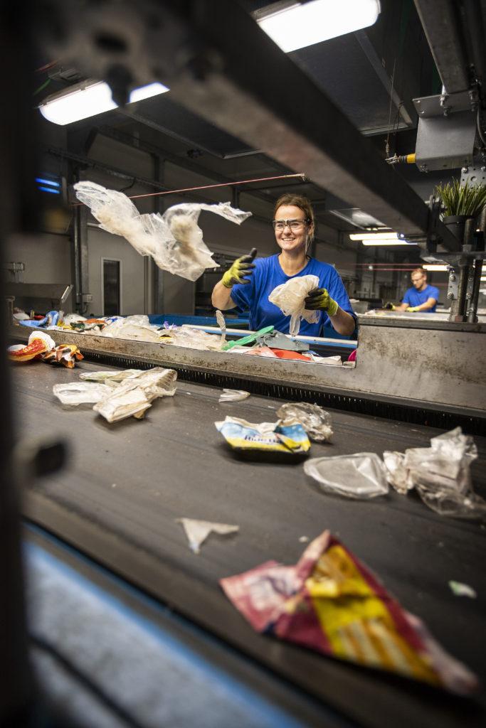 De KSI sorteert afval in 5 monostromen. Substromen worden met de hand nabescheiden.