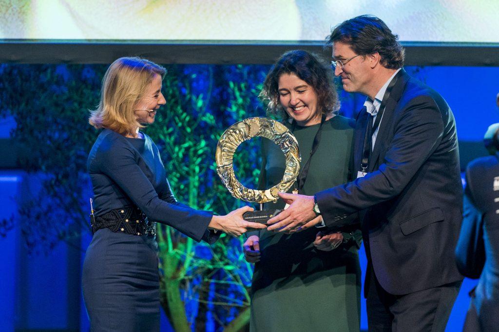 Stientje Van Veldhoven (destijds staatssecretaris IenW, inmiddels minister voor Milieu en Wonen) reikt de Circular Award Business 2019 uit aan winnaar Auping.