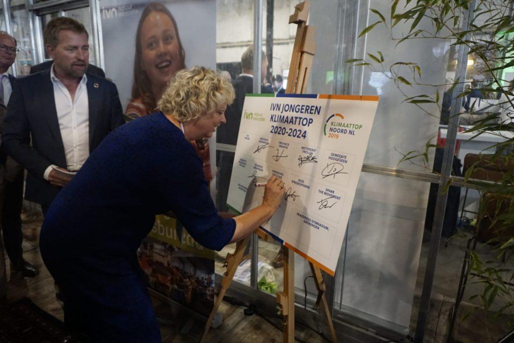 Ondertekening intentieverklaring IVN door Houkje Rijpstra - Klimaattop Noord-Nederland 2019