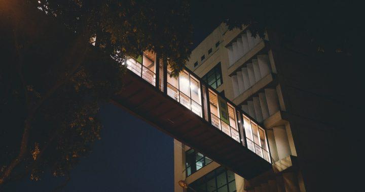 Ruim helft Friese bedrijven houdt lichten 's nachts onnodig aan