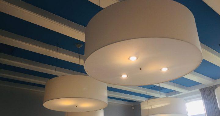 Gemeente Schiermonnikoog zoekt nieuw thuis voor lampen uit raadszaal